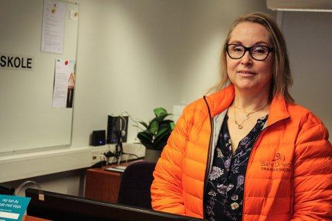 """BESTÅTTGARANTI: Britt Antonsen-Normo starter opp trafikkskolen Safe Driving Trafikkskole etter mange år som sensor på Tønsberg trafikkstasjon. Hun er kjent under navnet """"stryke-Britt"""" men tilbyr garanti for bestått førerprøve ved første forsøk ved sin egen skole."""