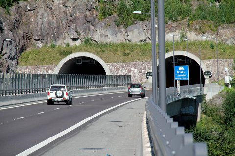 OPPGRADERES: Brekketunnelen, like nord for den sørligste avkjøringen til Holmestrand, skal oppgraderes. Mens arbeidet pågår må trafikken ledes gjennom ett tunnelløp. Fredag kveld blir strekningen helt fram til Islandkrysset stengt, omkjøringen går på Bispeveien og gjennom Holmestrand.