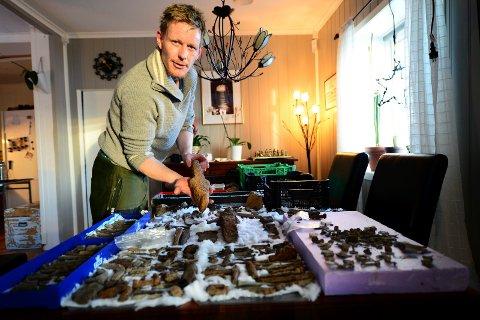 HOBBYARKEOLOG: Jarle Granheim Hansen har søkt i mange år med metalldetektor og mener selv han har funnet mengder med gjenstander fra 1100- og 1800-tallet. Her holder han noe han mener er et gammelt fiske- eller garnsøkke, kanskje fra jernalderen.