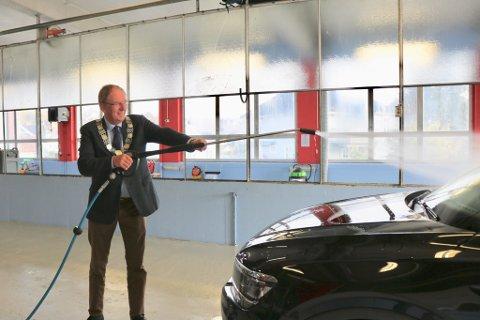 FULL FRES: Ordfører, Petter Berg, tester det splitter nye bilvaskanlegget «Såpa». Vaskeanlegget er et tiltak i regi av Frelsesarmeen.
