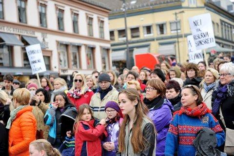 OPPMØTE: Det var mange som møtte opp 8. mars i 2014 for å demonstrere mot reservasjonsretten.