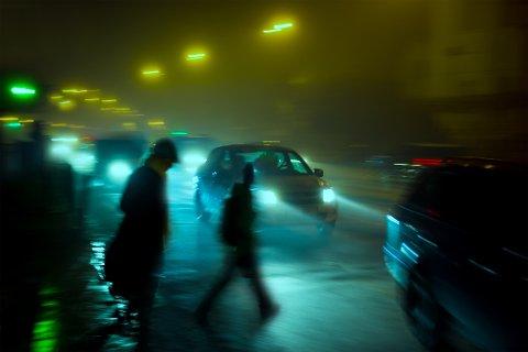 OGSÅ I BYEN: Hvor viktig det er å bruke refleks også i byene viser dette bildet, som er tatt en mørk, våt høstkveld.