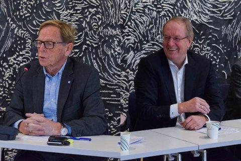 GODTOK: Tønsberg-ordfører Petter Berg (t.h.) og Færder-ordfører Roar Jonstang skrev under på intensjonsavtalen som sier at de ønsker bruløsningen over Vestfjorden som ny fastlandsforbindelse.