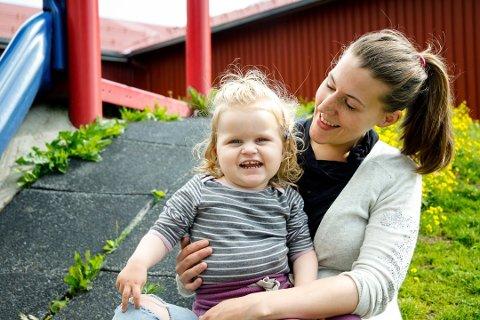 FÅR MEDISIN: Mamma Jeanett Johnsen sammen med Thea i fjor sommer.