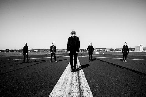 """NY PLATE: Til høsten kommer Ljungblut med et nytt album, med tittelen """"Villa Carlotta 5959"""". Dette bildet er fra forrige album """"Ikke Alle Netter Er Like Sorte"""", som ble utgitt i 2016. Fra venstre: Dan Heide (gitar), Joakim Brendsrød (tangenter), Kim Ljung (vokal og tangenter), Sindre Pedersen (bass),  og Ted Skogmann (trommer)."""