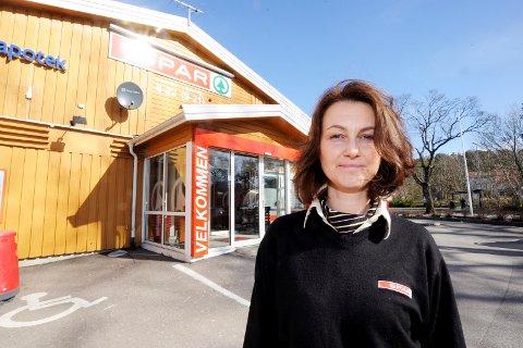 MED I NM: Butikksjef Johanne Raiborg syns det er hyggelig at frukt og grønt-salget ved Spar Tjøme legges merke til.