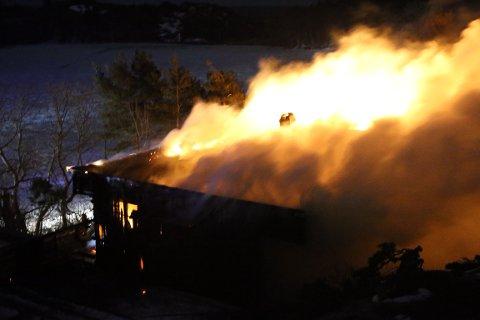 OVERTENT: Både brannstasjonene i Sandefjord og Larvik rykket ut og jobbet med slukking utover natten.