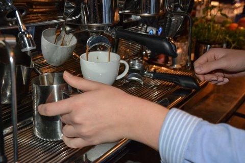 - JENTER GJENNOMGÅR MEST: Sier en kvinnelig servitør og barntender i 20-årene på en restaurant på brygga i Tønsberg.
