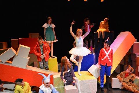 LEKELAND: Scenen på Papirhuset blir i helgen en lekeplass, når «Den standhaftige tinnsoldaten» settes opp.