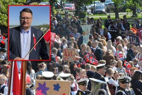 KAOTISK: Mot slutten av barnetoget i Tønsberg ble det trøbbel. Leder av 17. mai-komiteen i Tønsberg, Raymond Henriksen (innfelt), mener utålmodige foreldre var årsaken.