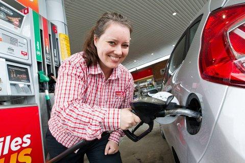 FEILFYLLING: På nyere bilmodeller er hullet til bensintanken mindre enn hullet på dieseltanken. Likevel klarte Madeleine Ruud Rustad som en test å fylle noen dråper diesel på bensintanken. Hun er daglig leder ved Circle K i Arkovegen. Foto: Ole-Johnny Myhrvold