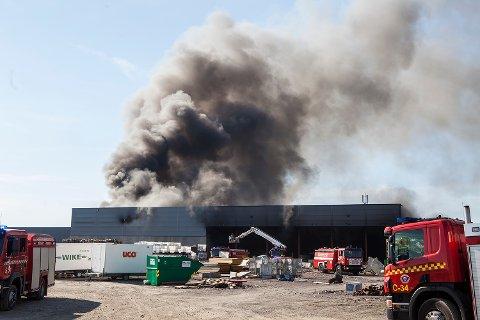 MASSIV INNSATS: Brannmannskaper fra fire brannvesen kjemper for å slokke brann på gjenvinnngsanlegget til Revac i Re.