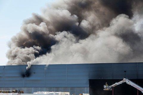 STORBRANN: Det vil ta mange timer å få slukket brannen på Revac.