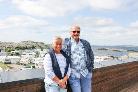 Sigmund og Eva Arnesen driver Mostranda Camping. Nå varsler de erstatningskrav mot kommunen.