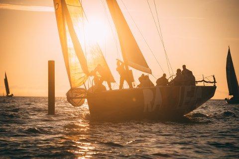 SEIL I SOLNEDGANG: «Rå Glede» fra Asker Seilforening, med Christen With som skipper, kom på niendeplass i NOR-rating T7.