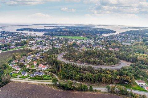 STEDET: På bildet ser vi tydelig veien kommunen har opparbeidet på toppen av Roppestadkollen. Litt lenger til venstre ses Meny-butikken på Skallestad og bak bl.a. båthavnene i Knarberg og Arås.