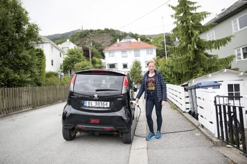 FORBUDT: Kristine Myklebust bor nær Brann Stadion. Hun ante ikke at hun gjorde noe ulovlig da hun ladet elbilen med ledningen trukket over fortauet. – Det er nok en trafikkbetjent som har meldt fra. Det er ekstremt uflaks, for jeg lader bare en gang i uken, sier hun.FOTO: SKJALG EKELAND