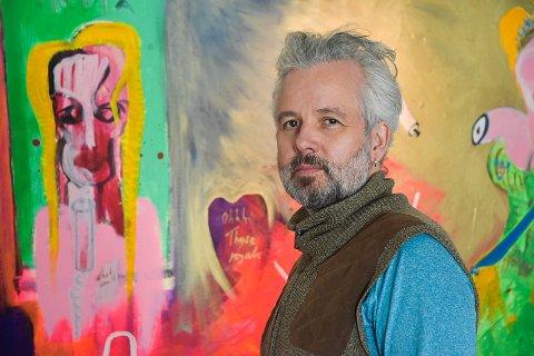 SOMMERUTSTILLING PÅ HVASSER: Ari Behn er en av hovedustillerne på Galleri Kilen i sommer. Her fra utstillingen på Ulving Kunsthandel i Tønsberg i fjor, der han solgte et av sine ekspressive malerier for 200.000 kroner.