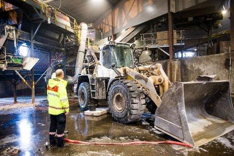 Denne hjullasteren tok fyr under arbeid med restavfall ved avfallsanlegget på Grinda i Larvik onsdag ettermiddag.
