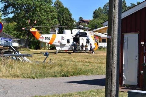 REDNINGSHELIKOPTER: Et Sea King redningshelikopter landet i 14.40-tiden ved stranda.