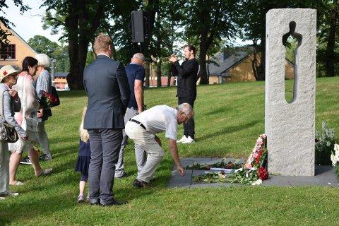I FJOR: De fremmøtte la ned roser foran monumentet til minne om dem som mistet livet i terroren 22. juli 2011. Thomas Bråthen Busch spilte trompetsolo under seremonien i fjor. Han skal også spille i år.