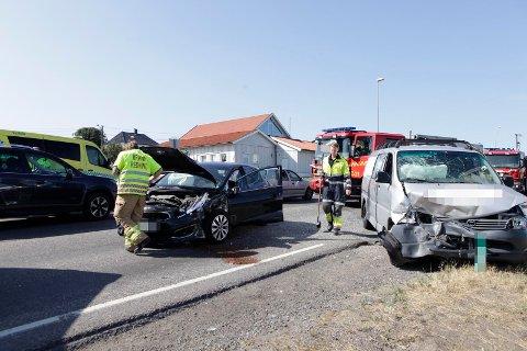 En personbil og en varebil har kollidert. Bilene har store skader i front.