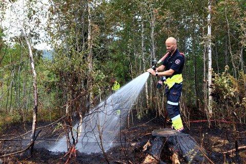 Skogbunnen ble gjennomdynket med vann fra en bekk etter at flammene var slukket.