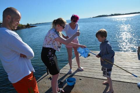 BRYGGETID: Pappa Remi Melkild, Victoria (13), mamma Jill-Therese Olsen og Marcus (6) har kost seg med blant annet krabbefiske denne helgen.