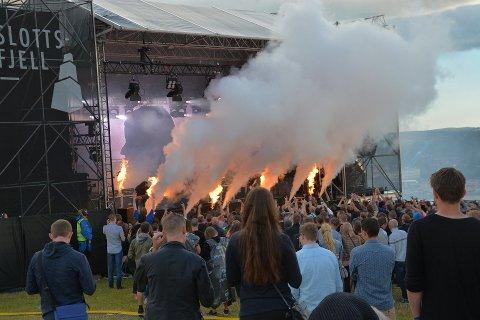 RØDGLØDENDE: På Slottsfjell i 2017 kunne man oppleve konserter med pyroeffekter. Senere har det «tatt fyr» i festivalens eget regnskap.