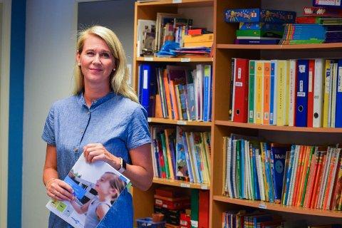 HØYTLESNING: Rektor Unni Skogbakke er språkentusiast. Hun mener høytlesning for barn er en nøkkel til god språktrening.