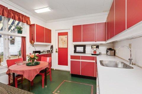 TRENGER MODERNISERING: Selve boligen er beskrevet som herskapelig med preg av et eldre tidstypisk interiør.