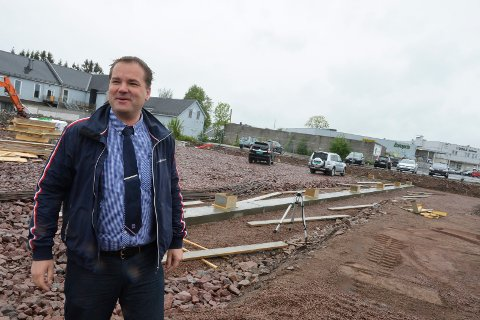 KJØPMANN: Anders Knutsen i Rema 1000 driver butikk både på Teie og på Sem. Begge hadde mindre inntekter i år enn tidligere år. Bildet er fra byggingen av butikklokalene på Sem i 2015.
