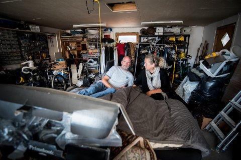 SOVER HER: Jørn Greppe Rudy og Synnøve Grepperud har sovet i garasjen i halvannen måned da kjellerleiligheten de opprinnelig skulle flytte inn i ikke var beboelig og måtte utbedres.