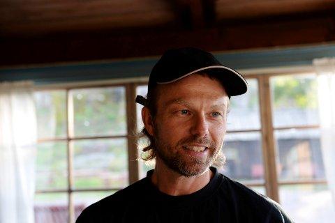 DEMONSTRERER: – Vi trenger at folk og organisasjoner stiller opp – for det er nå det gjelder, sier Odd-Erik Helgesen.