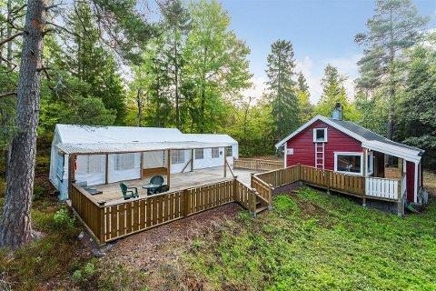 SELGES: Midt inne i skogen på Skoppum ligger denne hytta.