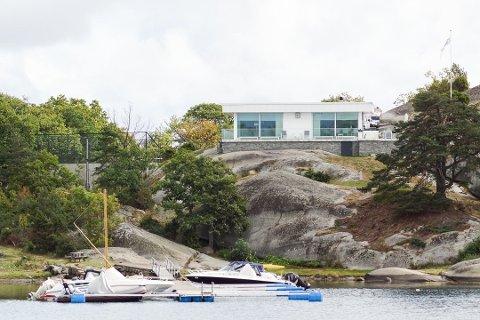 SKIFTET UT: Fritidsboligen i Neholmveien 61 på Brøtsø ble revet og bygget ny, men det skjedde etter at tillatelsene til å gjøre det hadde gått ut på dato. Fylkesmannen har sitt å si om størrelsen på denne som ligger her i dag. I 2017 erstattet eier og mangemillionær Hans Ole Helling en gammel flytebrygge med en ny. Heller ikke her er tillatelsene på plass, ifølge kommunen.