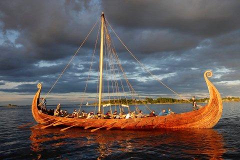 HVA LÆRTE DE?: På dette bildet legger Saga Oseberg lut på sin første langtur. På Tønsberg Vikingfestival kan du høre foredrag om hvordan Saga Oseberg ble til og hva man lærte av det.