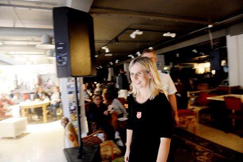 MUSIKK I KAFEEN: Kristin MacKinnon ønsker velkommen til nok en konserthøst i Skaperverkets kulurkafé.