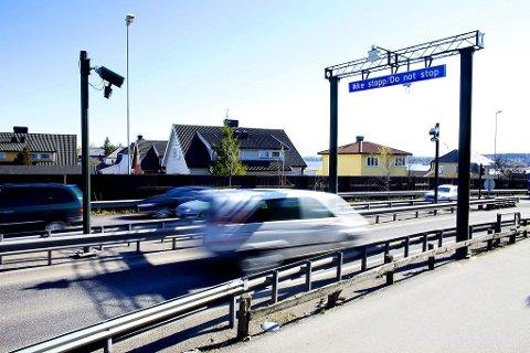 BOMRING: Når ny fastlandsforbindelse er klar, blir det på nytt bompengeinnkreving for å kjøre inn eller gjennom Tønsberg. Dette bildet er fra da det var bomstasjon ved Presterød.