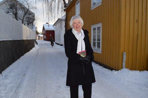 NORDBYEN: Margaret Skjelbred syns det er rart å bli 70 år. Her står hun utenfor boligen sin i Nordbyen.