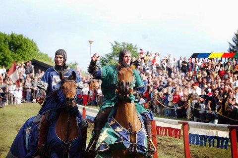 STORE RIDDERE: Ridderturnering med ekte hester og store riddere har flere år vært en del av programmet til Middelalderfestivalen. Hvordan det blir i år, er ennå ikke bestemt.