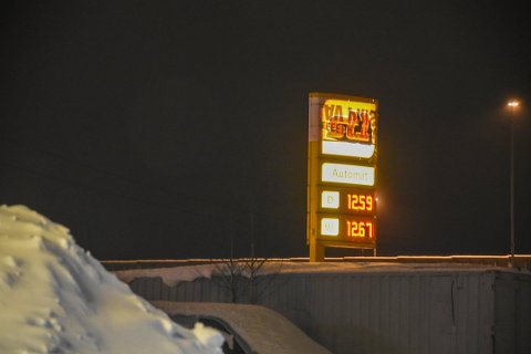 SNART SLUTT: Automat1-stasjonen på Ås er den eneste ved E18 mellom Fokserød og Kopstad. Bildet er tatt tirsdag kveld. I dag er prisene skrudd ned ytterligere. I morgen er det slutt for stasjonen.