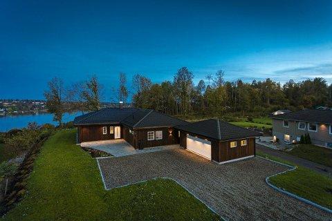 FERDIG: Slik ble det ferdige produktet etter at elevene fra Gjennestad hadde bygd huset og ordnet utearealene. SVEIP VIDERE FOR FLERE BILDER