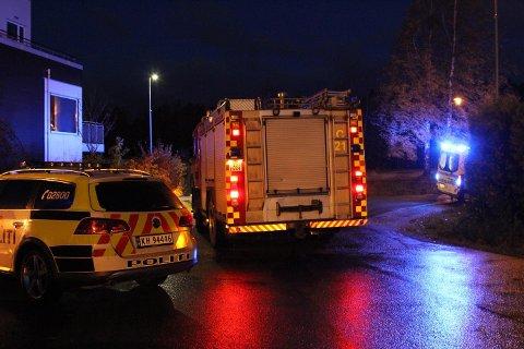 EVAKUERT: Boligblokken på Vear ble evakuert etter at brannen startet i en lampe, inne i en av leilighetene.