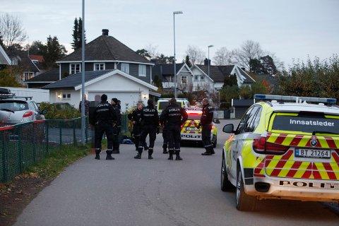 PÅGREPET: Det skal ha vært tre personer i den stjålne bilen. Her er de stoppet i Fjellveien på Teie.