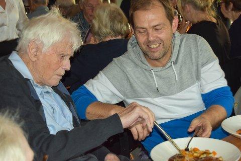 FINSTAS: Johan har kledd seg pent for å gå på restaurant. Her får han god hjelp av Tommy. – Nå blir vi kjendiser, Johan!