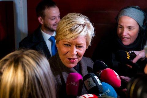 STOR DAG: Finansminister Siv Jensen (Frp) møtte et massiv oppbud av pressefolk da hun kom ut fra sitt hjem for å gå på jobb mandag morgen. Foto: Håkon Mosvold Larsen (NTB scanpix)