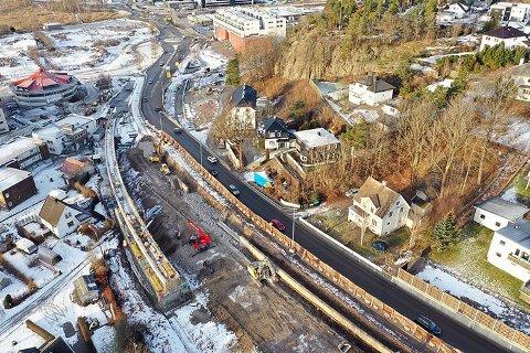 TAR JULEPAUSE: Fredag tar arbeiderne her en pause fra byggearbeidet. Når det tas opp igjen på nyåret er det den nye fylkeskommunen som tar over ansvaret fra Statens vegvesen.