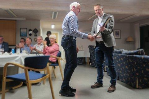 FIKK PRIS: Her mottar Yngvar Harm prisen fra Even Hatlo Andersen i Stokke Rotary Klubb.