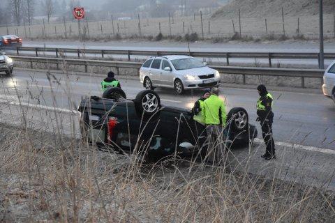 PÅ TAKET: Bilen snurret og havnet på taket på E18 i nærheten av Kopstad.